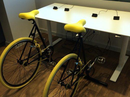 biurko połączone z rowerową ładowarką